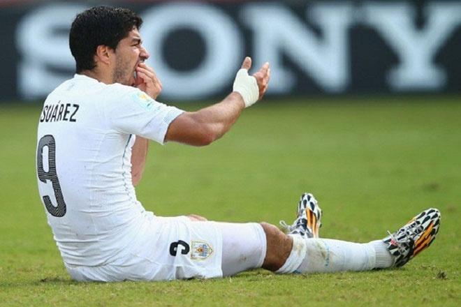 Sau mùa giải tuyệt vời cùng Liverpool, Luis Suarez trở thành niềm hy vọng lớn trong giấc mơ vô địch World Cup của đội tuyển Uruguay tại Brazil 2014. Tuy nhiên, hành vi cắn vai trung vệ Giorgio Chiellini của Italy ở lượt trận cuối vòng bảng khiến tân binh của Barca bị treo giò 4 tháng và không được phép tham dự 9 trận quốc tế.