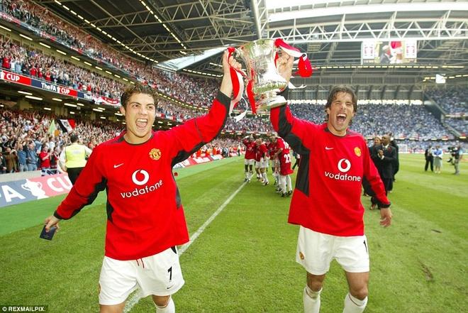 3. Tháng 5/2004, Ronaldo lần đầu tiên giơ cao danh hiệu trong màu áo M.U khi ghi bàn trong chiến thắng 3-0 của Quỷ đỏ trước Millwall trong trận chung kết FA Cup.