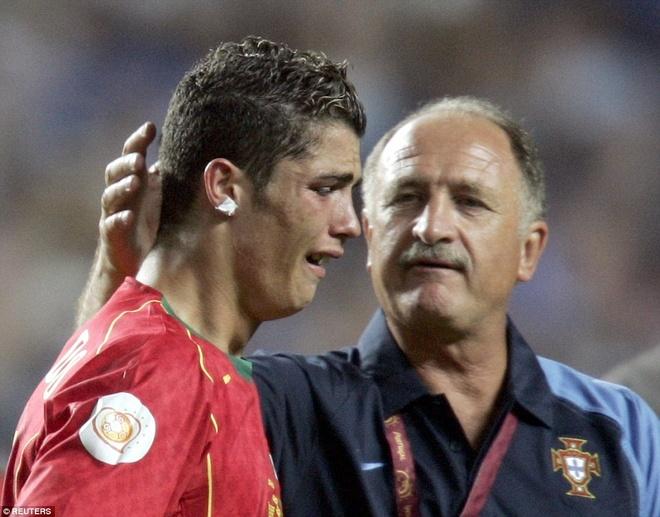 4. EURO 2004 là đấu trường quốc tế danh giá đầu tiên trong sự nghiệp thi đấu của Ronaldo. Chân sút sinh năm 1985 ghi dấu ấn đậm nét bằng bàn thắng vào lưới Hà Lan ở bán kết, giúp chủ nhà Bồ Đào Nha thắng chung cuộc 2-1. Tuy nhiên, ở trận chung kết, Ronaldo đã bật khóc khi Seleccao để thua Hy Lạp với tỷ số 0-1.