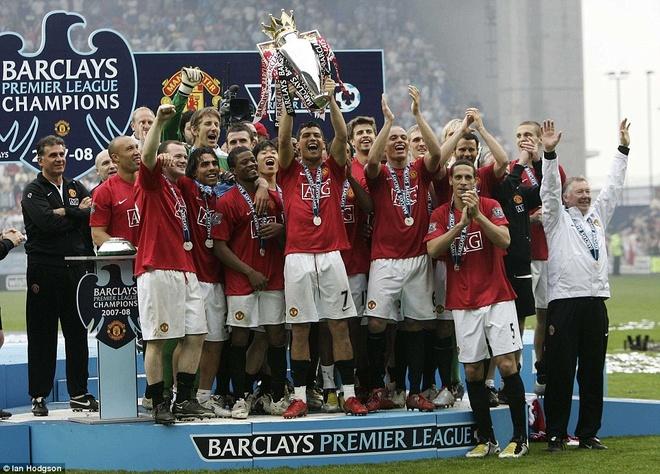7. Mùa 2007/08, Ronaldo chơi bùng nổ khi ghi tới 42 bàn thắng, giúp M.U bảo vệ thành công danh hiệu vô địch Premier League. Trong đó, cú đánh gót thành bàn trong chiến thắng 4-0 trước Aston Villa hồi tháng 3/2008 là một trong những dấu ấn đáng nhớ nhất trong sự nghiệp của CR7.