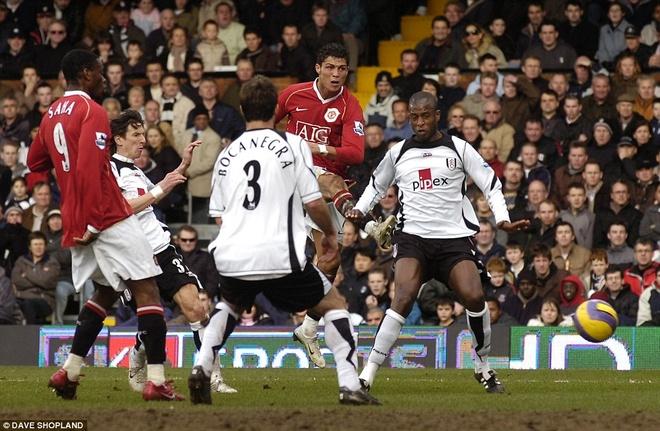6. Trong những ngày đầu mới gia nhập M.U, Ronaldo bị chỉ trích vì lối chơi cá nhân. Tuy nhiên vào mùa 2006/07, CR7 trở thành đầu tàu giúp bầy Quỷ đỏ băng băng tiến về phía trước. Bàn thắng vào lưới Fulham tháng 2/2007 được xem như là bước ngoặt đưa M.U lên đỉnh Premier League. Đây là danh hiệu đầu tiên của Ronaldo tại giải đấu danh giá nhất nước Anh.