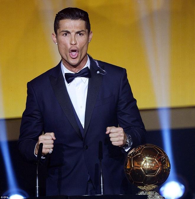 """30. Tháng 1/2015, Ronaldo một lần nữa qua mặt Lionel Messi để lần thứ 3 giơ cao danh hiệu Quả bóng vàng. Sau khi được nêu tên cho vị trí cao nhất, CR7 hô to """"Siiiiii"""" như để thách thức siêu tiền đạo của Barca trong cuộc đua danh hiệu cá nhân cao quý."""