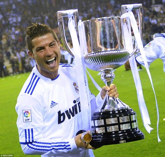 17. Sau khi lên thay Manuel Pellegrini, Jose Mourinho đã khoác lên Real một diện mạo mới. Trong trận chung kết Cúp nhà vua gặp Barca tháng 4/2011, Ronaldo ghi bàn quyết định bằng đầu sau quả tạt của Di Maria, giúp Real thắng 1-0 để giơ cao chức vô địch.