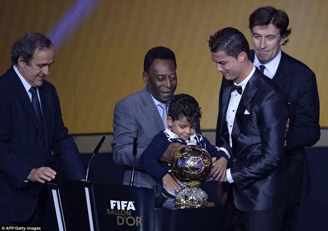 23. Những bàn thắng trong màu áo CLB và đội tuyển quốc gia giúp Ronaldo vượt mặt Messi để lần thứ 2 giành Quả bóng vàng FIFA vào tháng 1/2014.