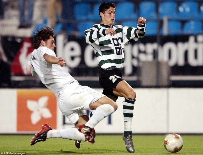 1. Hè 1997, một phái đoàn của Sporting Lisbon, trong đó có HLV Leonel Pontes đến Madeira để thuyết phục Ronaldo gia nhập CLB thành Lisbon. Để giành được chữ ký của cậu nhóc 12 tuổi, ông chủ Aurelio Pereira của Sporting phải bỏ ra khoảng 22.000 euro để trả cho Nacional.