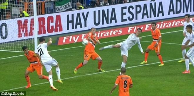 24. Ronaldo là một cầu thủ toàn năng. Anh có thể thi bàn ở mọi vị trí, mọi khoảng cách và mọi tình huống. Trong trận gặp Valencia vào tháng 5/2014, Ronaldo khiến tất cả ngỡ ngàng bằng cú đánh gót khó tin.