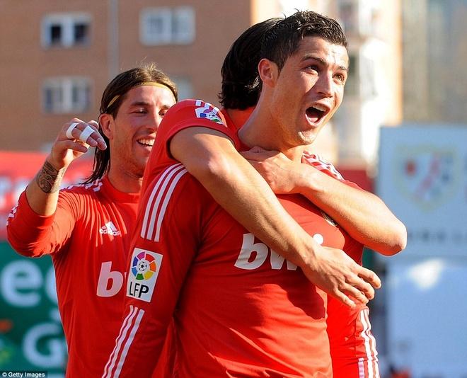 19. Mùa 2011/12, Ronaldo lần đầu tiên giơ cao chức vô địch La Liga cùng Real Madrid. Cú đánh gót vào lưới Rayo Vallecano tháng 2/2012 giúp Real thắng tối thiểu 1-0 được bình chọn là bàn thắng đẹp nhất mùa.