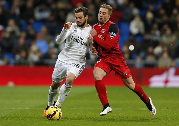 Ha Sevilla 2-1, Real gia tang cach biet voi Barca len 4 diem hinh anh 1 Đội hình thi đấu: Real Madrid (4-2-3-1): Casillas; Ramos (Nacho 9), Varane, Marcelo, Arbeloa; Khedira, Kroos; Bale, Rodriguez (Jese 27), Isco (Illarramendi 90); Benzema. Sevilla (4-3-3): Beto (Rico Gonzalez 35); Figueiras, Carrico, Kolo, Navarro; Krychowiak, Iborra, Mbia; Deulofeu (Vidal Parreu - 54), Bacca (Iago Aspas 67), Vitolo.