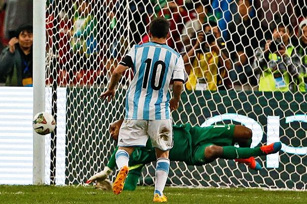 Messi bat luc truoc thu thanh Brazil tren cham phat den hinh anh