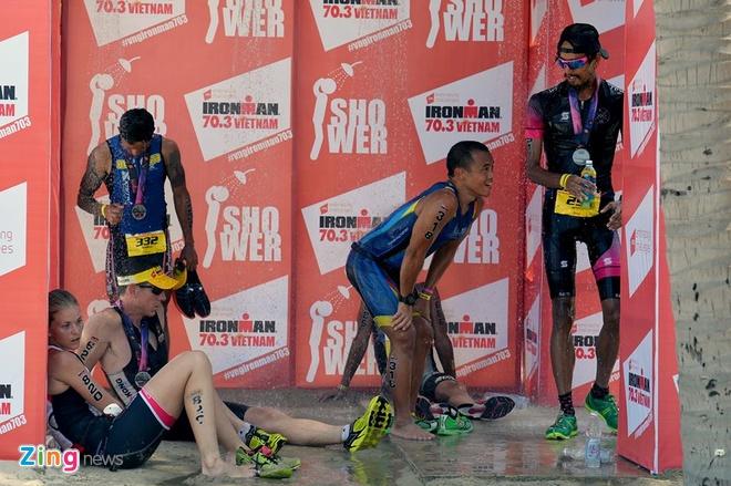 VNG Ironman 70.3: Nhieu VDV Viet Nam ve dich hinh anh 54