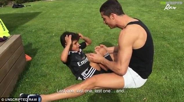 Ronaldo day con trai luyen tap co bung hinh anh