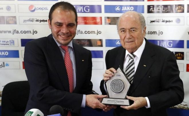 UEFA keu goi hoan bau cu chu tich FIFA hinh anh