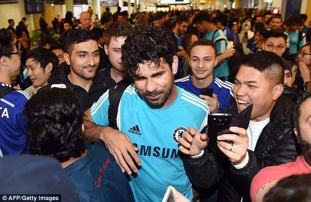 Cac ngoi sao Chelsea bi vay kin khi den Australia hinh anh