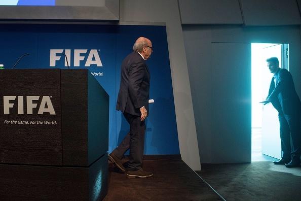 Tai sao Sepp Blatter tu chuc Chu tich FIFA? hinh anh