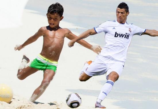 Con trai Ronaldo co dang choi bong giong het bo hinh anh
