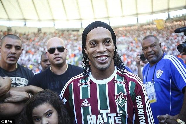 Hang van fan chao don Ronaldinho trong le ra mat CLB moi hinh anh