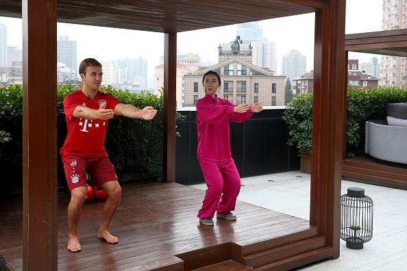 Mario Goetze tap vo khi du dau cung Bayern hinh anh 4