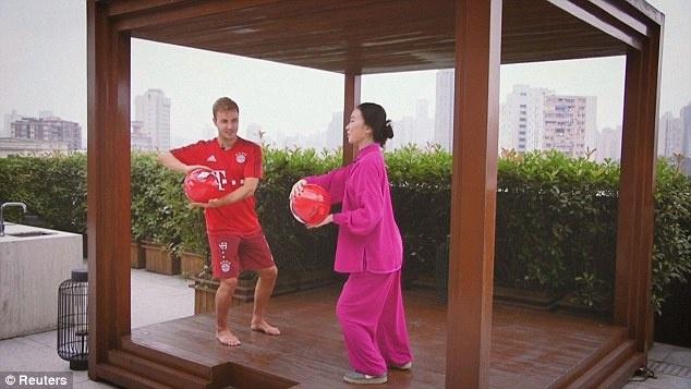 Mario Goetze tap vo khi du dau cung Bayern hinh anh 7