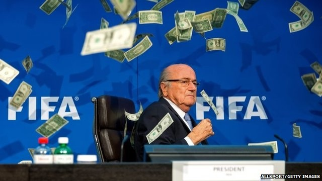 Dien vien nem tien vao nguoi Sepp Blatter phai hau toa hinh anh