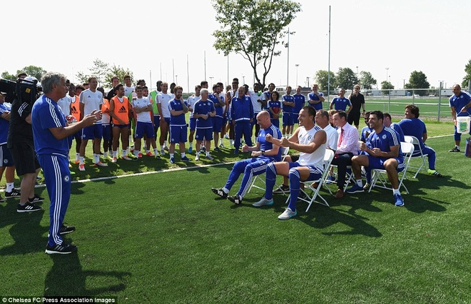 Cau thu Chelsea cuoi nghieng nga vi tro dua cua HLV Mourinho hinh anh 1