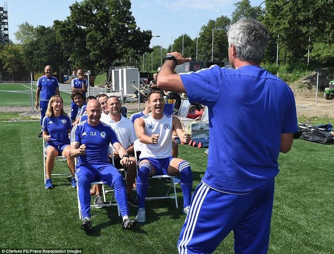 Cau thu Chelsea cuoi nghieng nga vi tro dua cua HLV Mourinho hinh anh 2
