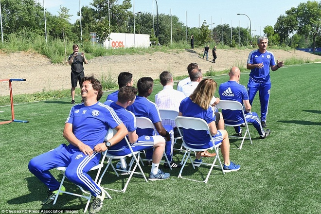 Cau thu Chelsea cuoi nghieng nga vi tro dua cua HLV Mourinho hinh anh 4