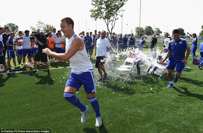 Cau thu Chelsea cuoi nghieng nga vi tro dua cua HLV Mourinho hinh anh 5