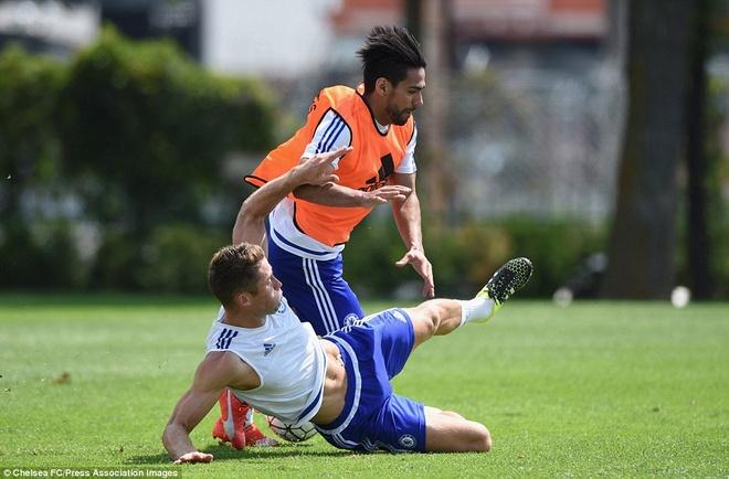 Cau thu Chelsea cuoi nghieng nga vi tro dua cua HLV Mourinho hinh anh 8