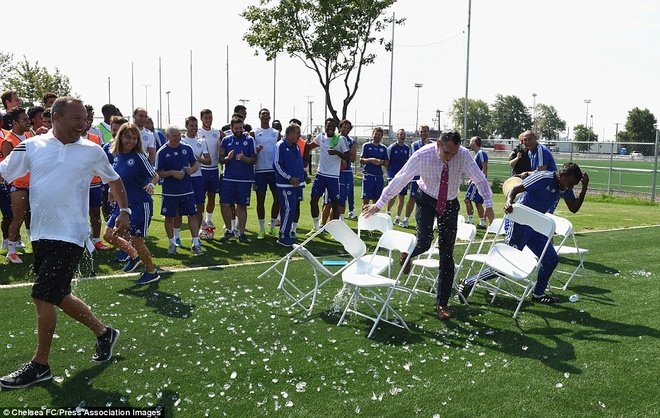 Cau thu Chelsea cuoi nghieng nga vi tro dua cua HLV Mourinho hinh anh 6