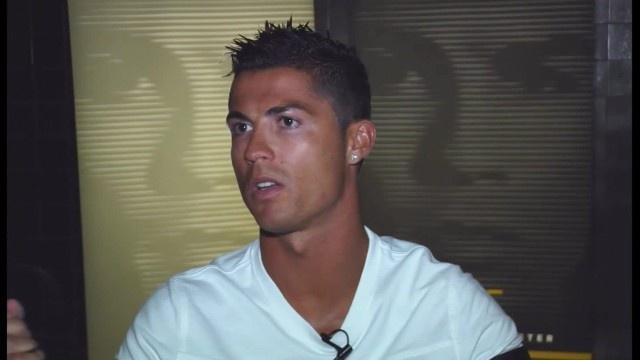 Ronaldo vang tuc khi duoc hoi ve be boi cua FIFA hinh anh