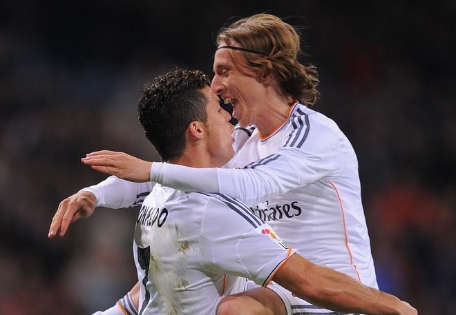 Dong doi dua nhau doi om Ronaldo trong buoi tap hinh anh