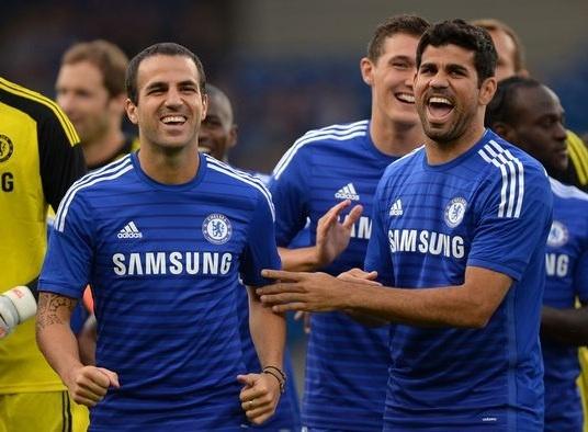 HLV Mourinho cam cau thu Chelsea cuoi dua hinh anh