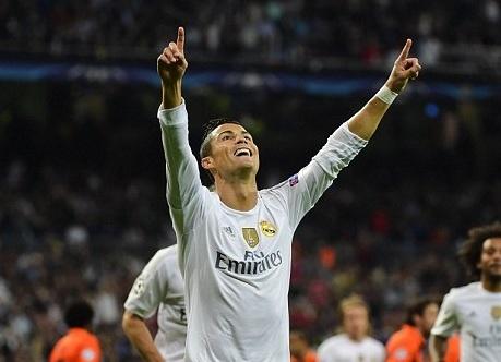 Ronaldo lap hat-trick, bo xa thanh tich cua Messi tai Cup C1 hinh anh
