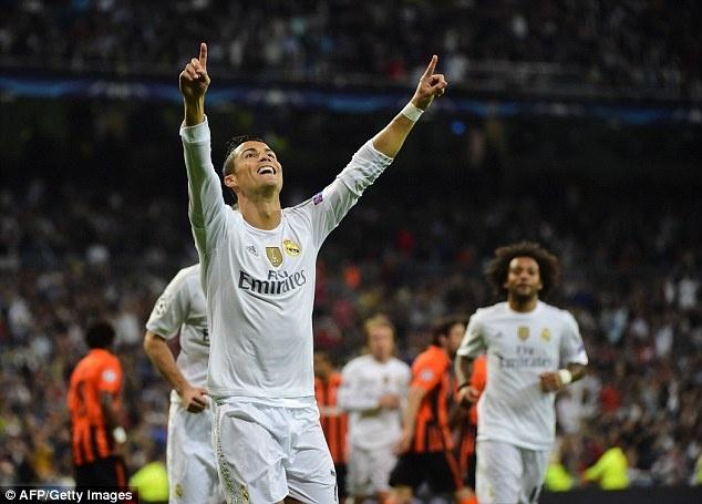 Ronaldo lap hat-trick, bo xa thanh tich cua Messi tai Cup C1 hinh anh 2