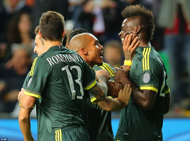 Balotelli ghi ban dep mat trong lan dau da chinh o Milan hinh anh