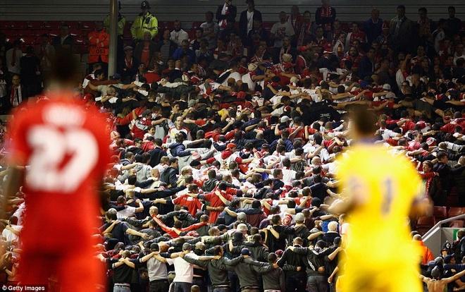 Liverpool bi Sion kim chan ngay tai Anfield hinh anh 12