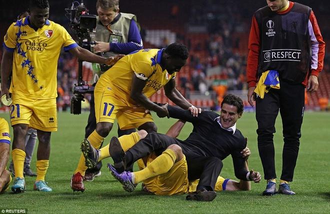 Liverpool bi Sion kim chan ngay tai Anfield hinh anh 3