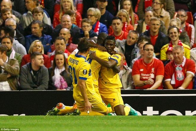 Liverpool bi Sion kim chan ngay tai Anfield hinh anh 8