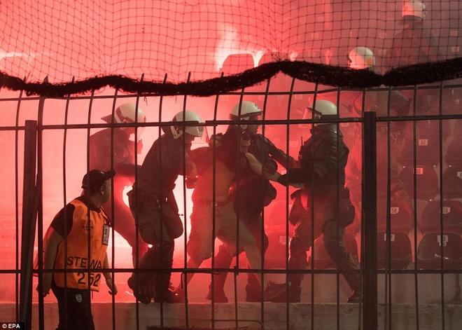 Fan Dortmund noi loan trong tran hoa tai Europa League hinh anh 1