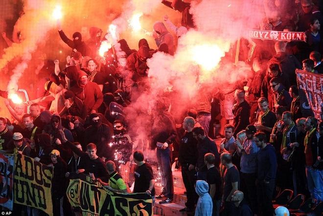 Fan Dortmund noi loan trong tran hoa tai Europa League hinh anh