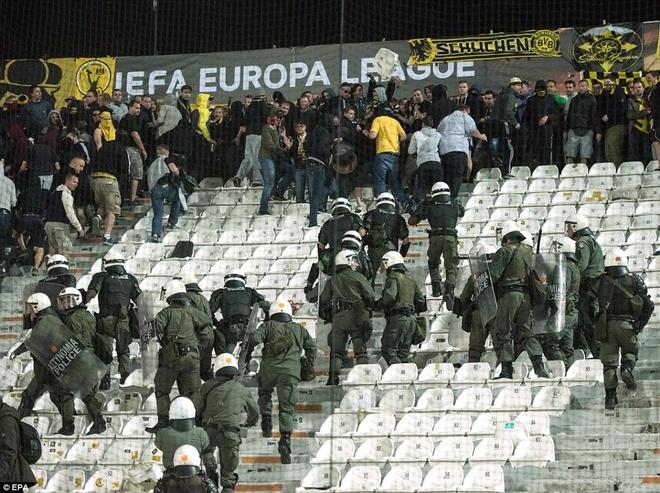 Fan Dortmund noi loan trong tran hoa tai Europa League hinh anh 5