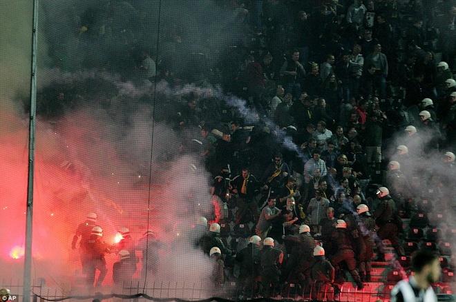 Fan Dortmund noi loan trong tran hoa tai Europa League hinh anh 6