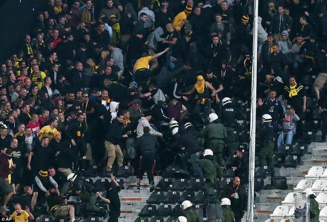 Fan Dortmund noi loan trong tran hoa tai Europa League hinh anh 7