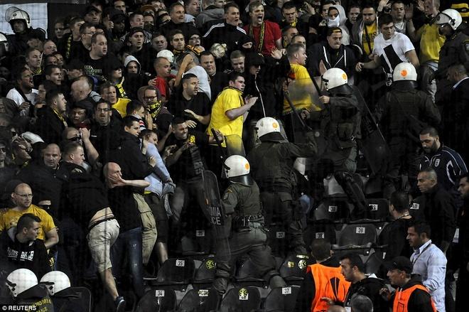 Fan Dortmund noi loan trong tran hoa tai Europa League hinh anh 8