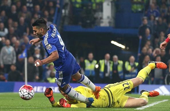 Mourinho va Falcao nga ngua truoc quyet dinh cua trong tai hinh anh 1