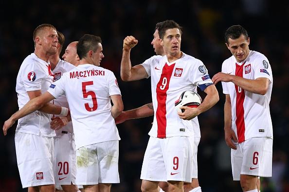 Lewandowski lap cu dup giup Ba Lan cam hoa Scotland 2-2 hinh anh