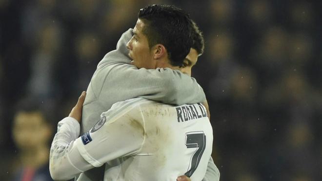 Fan cuong lao vao san om Ronaldo tai Champions League hinh anh