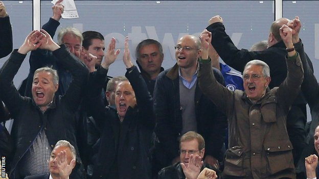 HLV Mourinho lai bi phat tien va cam den san hinh anh 1
