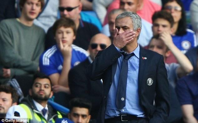 HLV Mourinho lai bi phat tien va cam den san hinh anh 2