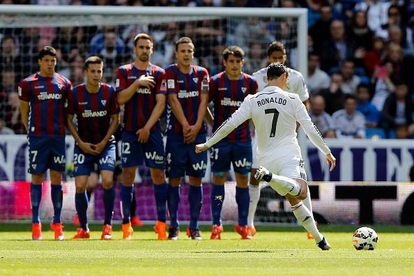 'Den luc Ronaldo nhuong lai quyen sut phat cho nguoi khac' hinh anh